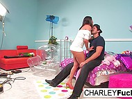 Знойная звезда Charley Chase приводит приятеля на студию ради перепихона на кровати 4