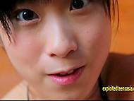 Азиатская тёлочка с чёрными волосами и гипнотическими раскосыми глазами позирует полуголой 10