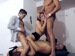 Парни начинают трахать секретаршу и она понимает, что никакими шутками здесь и не пахнет