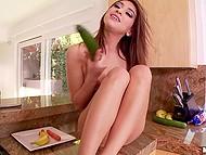 Вместо готовки ужина хрупкая латиночка Sara Luvv забавляется на кухне с бананом и огурцом 9