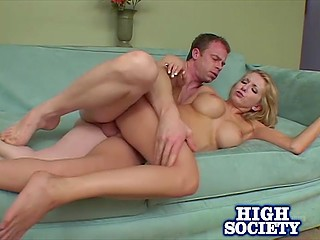 Сексуальная блонда может дотянуться языком до соска и любит, когда её трахают в задницу