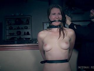 Девочка повстречала старого друга, который отвёл её в грязный подвал, привязал и насладился голым телом