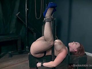 Рыженькая дама Summer Hart не может двигаться, так что фетишист может издеваться над роскошным телом