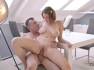 Грудастая милашка отвлекается от учёбы ради чувственного секса со старым любовником