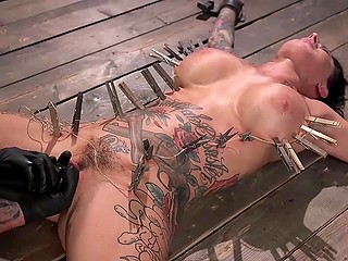 БДСМ сцена с участием Lily Lane, в которой татуированную брюнетку с большими титьками ждёт много чего интересного