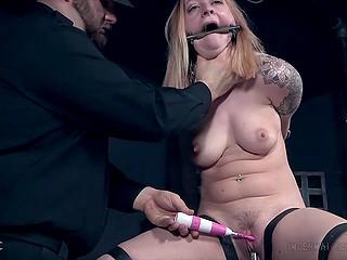 Шалавистая дама плохо себя вела и самец с вибратором привязал её к трубе и довёл до оргазма