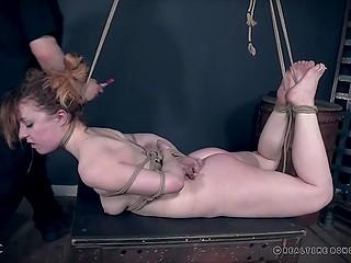 Послушная сучка позволяет таинственному мастеру доминировать над ней в БДСМ подвале