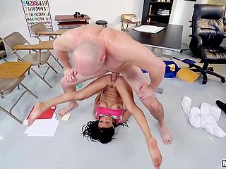 Латиночка Vivianna Mulino отмечает выпуск из колледжа посредством жёсткого секса в классе