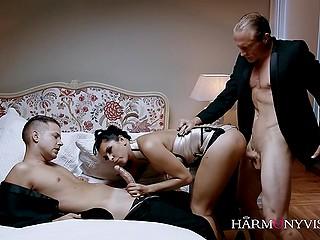 Таинственная брюнетка Kira Queen развлекается в спальне с двумя послушными партнёрами
