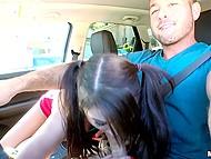Милашке зашло, как водила лапал её тело, пока она сосала его член и дрочила его ножками 8