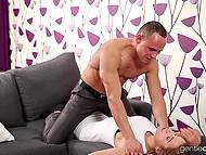 Парень возбуждает прелестную девушку при помощи языка и она доставляет ему оральное удовольствие 4