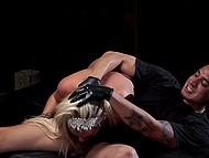 Суровый мастер грубо совокупляется с беспомощной блондинкой в своём тёмном подвале 4