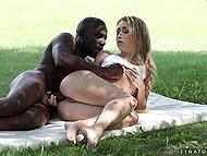 Молодой темнокожий мужчина доставляет очаровательной девушке анальное удовольствие на зелёной поляне 9