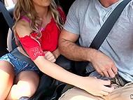 Сладкая девица Bella Rose не постеснялась отсосать милому бойфренду прямо в машине 7
