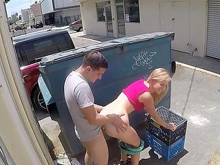 Парня осеняет идея и он снимает штаны, чтобы трахнуть блондинку за мусорным баком