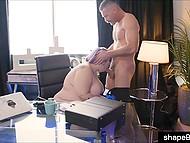 Během práce krásná BBW tajemník Alexxxis Allure se stará o šéfa ztuhlé mužství