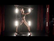 Девушка принимает приглашение и приезжает в элитный секс-клуб, где занимается, будучи подчинённой 6