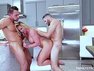 На день Благодарения ненасытная блондинка Phoenix Marie отодрана на кухне супругом и пасынком