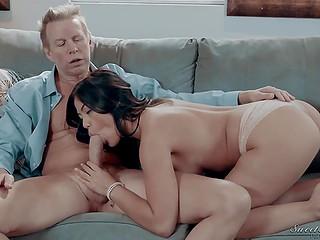 Секс с экзотической сиделкой Kendra Spade возвращает разведённому мужику уверенность в себе