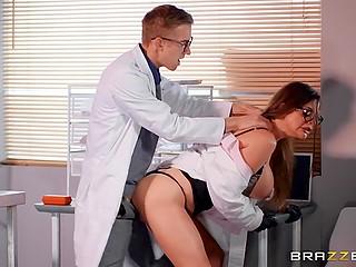 Женщина-учёный Cathy Heaven испытывает препарат, который вызывает у интерна желание трахнуть её в обе дырки