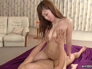 Женатому японцу катастрофически не хватает секса, поэтому он заводит молодую любовницу
