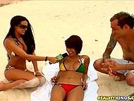 Девушка с микрофоном находит на пляже парочку, которая согласна заняться оральным сексом 5