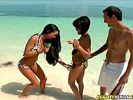 Девушка с микрофоном находит на пляже парочку, которая согласна заняться оральным сексом 7