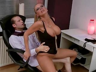 Глава немецкой фирмы видит задницу очкастой секретарши и не может удержать пенис в штанах