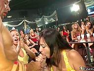 В клубе слишком много девушек, так что не каждой повезёт заполучить член стриптизёра в ротик 11