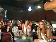 В клубе слишком много девушек, так что не каждой повезёт заполучить член стриптизёра в ротик 6