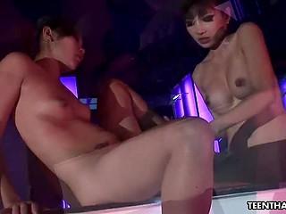 Азиатские малышки из ночного клуба очень устают за день и релаксируют с вибратором