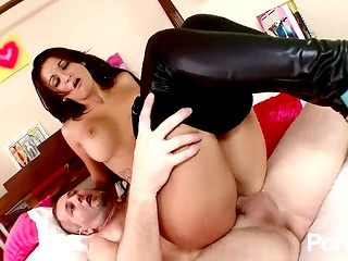 Brunette chick lowers her leggings and gets fucked