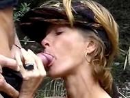 Анально чпокнув францускую плутовку в лесу, мужик обоссал её радостное лицо