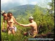 Немецкая потаскушка грязно обслуживает двух мужчин в горах среди виноградников 4