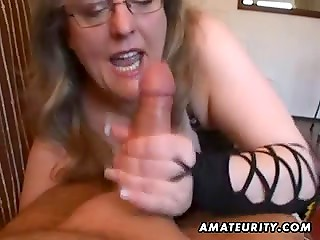 Amateur mature slut in black outfit pleasing man orally and with her hands