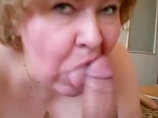 Щедрый парень дал на рот бабуле, у которой не было секса больше десяти лет