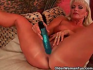 Desperate housewife played with her perfectly shaved sissy using blue vibrator