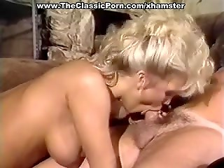 Винтажная сцена представленная горячей и, в то же время, элегантной блондинкой и ее новым ухажером