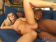 Блондиночка искренне рада напороться на большой чёрный член неугомонным анусом