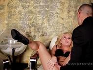 Incredibile darling dà un fantastico pompino al suo amico e cavalca il suo cazzo