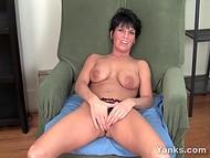 Классная мадам Kassandra потирает вагинку, чтобы доставить себе удовольствие