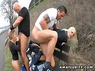 Во время пробежки двое парней ципляют горячих цыпочек и натягивают их прямо в парке