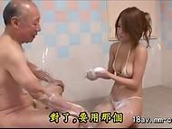 Мужичок заслужил обязательные массажные процедуры с пенкой от молоденькой японочки