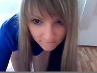 Стройненькая девчонка демонстрирует на вебкамеру свой любимый фаллоимитатор и сладкую киску