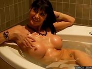 Большегрудая домохозяйка нежится в ванной, ожидая когда ее лысый друг возьмёт власть в свои руки