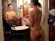 Шаловливая голая девочка в душе прихорашивается в предвкушении хорошего дня