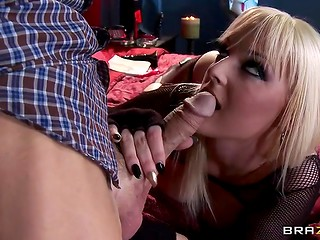Spectacular blonde MILF in stockings was preparing her pussy for sex with viewer