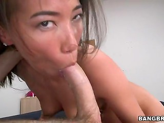 Бесподобная азиатка счастлива поиграть с кривоватым пенисом своего любителя видео съёмки