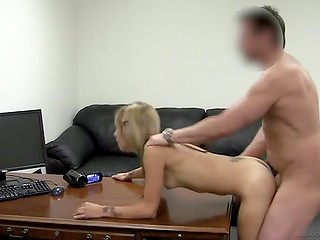 Amateur blonde dame came on the casting to try sex with a seasoned agent