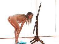 Миленькая девуля танцует перед зеркалом, восхищаясь своим прекрасным телом